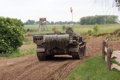 Offroad landschap met het drijven van tank Royalty-vrije Stock Afbeelding