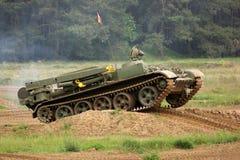 Offroad landschap met het drijven van tank Stock Afbeeldingen