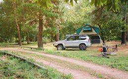 Offroad medel 4x4 med tältet i taket som är klart för Royaltyfri Bild