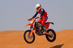 Offroad motobike i öknen royaltyfri fotografi