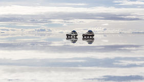 Offroad på Salt Lake Uyuni & x28; bolivia& x29; Royaltyfri Foto