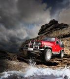 Offroad voertuig op het bergterrein Royalty-vrije Stock Afbeeldingen