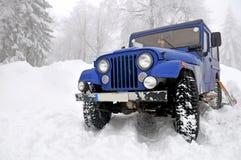 Offroad 4x4 in de sneeuw Stock Foto's