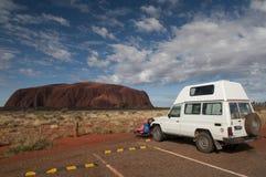 Offroader und Uluru Stockfotografie