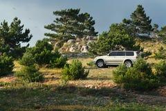Offroading em um Suv/4x4/estrada da montanha Imagens de Stock Royalty Free