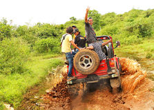 Offroading im Dschungel Lizenzfreies Stockfoto