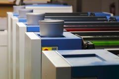 Offsetdruck-Maschine mit Farben Stockfoto