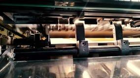 Offsetdruckmaschine in Kraft stock video footage