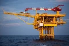 Offshoreöl und Anlagenplattform in der Sonnenuntergang- oder Sonnenaufgangzeit Bau des Produktionsverfahrens im Meer Energieenerg Stockbilder