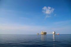 Offshoreöl und Gasproduktions- und -erforschungsgeschäft Produktionsöl- und -gasanlage und Hauptbauplattform im Meer Stockfotografie