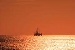 Offshoreölplattform während des Sonnenuntergangs Stockfotografie