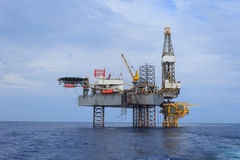 Offshore-Jack Up Drilling Rig Over die Förderplattform Stockfotos