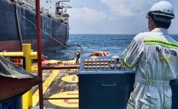 Offshorearbeitskraft, die den Anker behandelt Job tut Lizenzfreies Stockbild