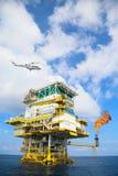 Offshorebauplattform für Produktionsöl und -gas, Öl- und Gasindustrie und harte Arbeit, Förderplattform und Operation Stockfotos
