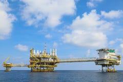 Offshorebauplattform für Produktionsöl und -gas, Öl- und Gasindustrie und harte Arbeit, Förderplattform und Operation Stockbild