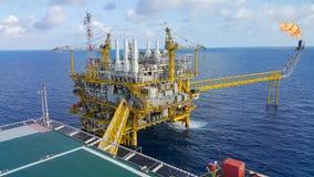 Offshorebauplattform für Produktionsöl und -gas, Öl- und Gasindustrie und harte Arbeit, Förderplattform und Operation Lizenzfreies Stockfoto