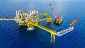 Offshorebauplattform für Produktionsöl und -gas, Öl- und Gasindustrie und harte Arbeit, Förderplattform und Operation Stockbilder