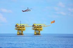 Offshorebauplattform für Produktionsöl und -gas, Öl- und Gasindustrie und harte Arbeit, Förderplattform und Operation Lizenzfreie Stockbilder