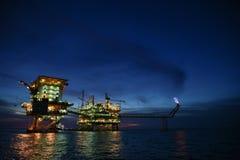 Offshorebauplattform für Produktionsöl und -gas, Öl- und Gasindustrie und harte Arbeit, Förderplattform und Operation Lizenzfreie Stockfotografie