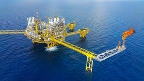 Offshorebauplattform für Produktionsöl und -gas, Öl- und Gasindustrie und harte Arbeit, Förderplattform und Operations-PR Stockbild