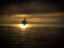 Offshoreplattform bei Sonnenuntergang Stockbilder
