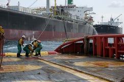 Offshoreschiffmannschaft, die an Plattform arbeitet lizenzfreie stockbilder