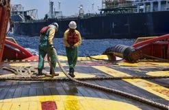 Offshoreschiffmannschaft, die an Plattform arbeitet Stockbild
