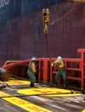 Offshoreschiffmannschaft, die an Plattform arbeitet Stockfotografie