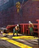 Offshoreschiffmannschaft, die an Plattform arbeitet Stockfoto