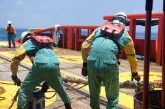 Offshoreschiffmannschaft, die an Plattform arbeitet lizenzfreie stockfotos