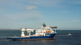 Offshoreversorgungsschiff mit Piloten Boat Stockfotografie