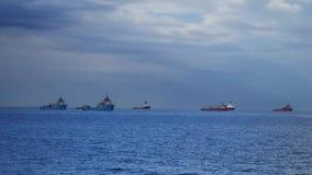 Offshoreversorgungsschiff und Regenbogen in Aberdeen beherbergten stock footage