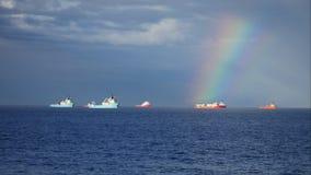 Offshoreversorgungsschiff und Regenbogen in Aberdeen beherbergten stock video footage