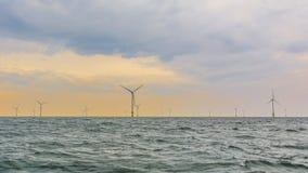 Offshorewindpark in der untergehenden Sonne Lizenzfreie Stockbilder
