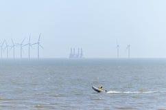 Offshorewindpark und Schnellboot Stockbilder
