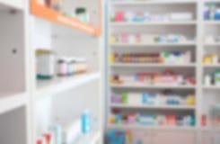 Offuschi alcuni scaffali della droga nella farmacia Fotografia Stock Libera da Diritti