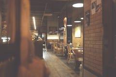 Offuschi il ristorante del caffè su dell'interno, uso per fondo caffè moderno con le tavole, sedie, fotografie stock libere da diritti
