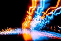 offuschi la strada di prova leggera di notte di moto dell'onda che guida velocemente Immagine Stock