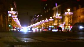 Offuschi la vista di traffico in città illuminata alla notte o alla sera video d archivio