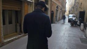 Oficer śledczy daleko tropi ruchy jego klient pod aresztem domowym zbiory