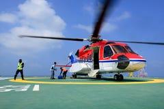 Oficer bierze opieka pasażera i ładunku bagażu helikopter a Obraz Royalty Free