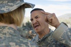 Oficer Wojskowy Krzyczy Przy Żeńskim żołnierzem Obraz Royalty Free