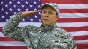 Oficer wojskowy salutuje na flaga państowowa behind, amerykańskie siły zbrojne, bohater zbiory wideo