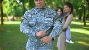 Oficer wojskowy z żony mienia synem behind, bezpieczna przyszłość, amerykański naród zbiory