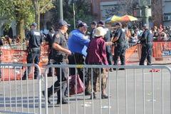 Oficery Pomaga Starszej kobiety Przez ulicę Zdjęcie Stock
