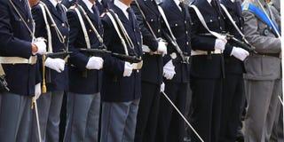 oficiais armados da polícia italiana no uniforme Foto de Stock