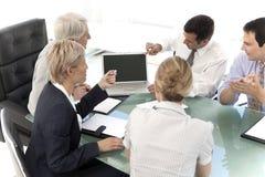 Oficiais de executivo empresarial no trabalho Fotografia de Stock Royalty Free