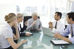 Oficiais de executivo empresarial no trabalho imagens de stock