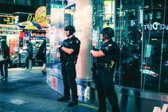 Oficiais de NYPD na batida no Times Square, Manhattan Imagens de Stock Royalty Free