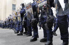 Oficiais de polícia do motim que obstruem as ruas da baixa Imagens de Stock Royalty Free